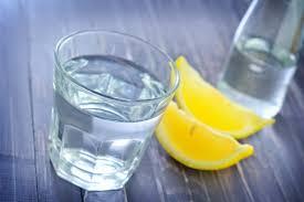 Apa cu lamaie pe stomacul